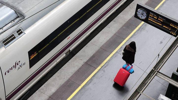 Una viajera con maleta (archivo)