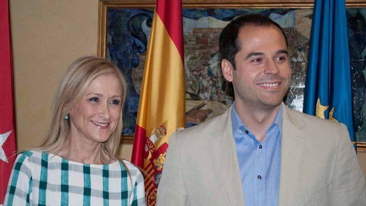 Cristina Cifuentes e Ignacio Aguado en la firma del acuerdo entre PP y Ciudadanos en la Asamblea de Madrid (archivo)