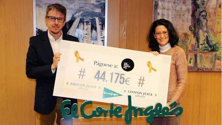 El fundador de Uno Entre Cien Mil, José Carnero, y la responsable de Comunicación de El Corte Inglés, Ester Uriol, en la entrega del cheque