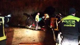 Herido un joven al caer con su vehículo por un terraplén de 10 metros