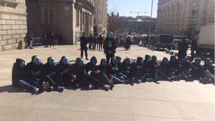 La policía desaloja a veinte jóvenes de ultraderecha encadenados junto al Congreso