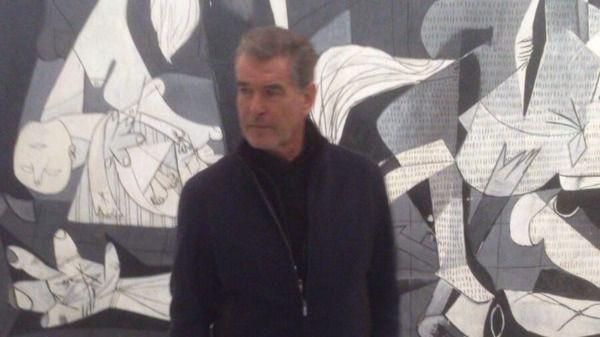 Pierce Brosnan visita El Guernica en el Reina Sofía y la exposición de Ingress en el Prado