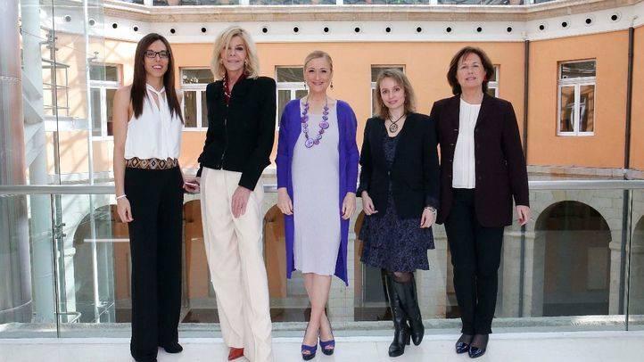 Cristina Cifuentes y las cuatro premiadas con las 'Distinciones 8 de marzo'