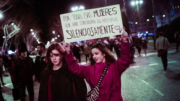 Miles de personas han recorrido este martes, Día Internacional de la Mujer, el madrileño paseo del Prado