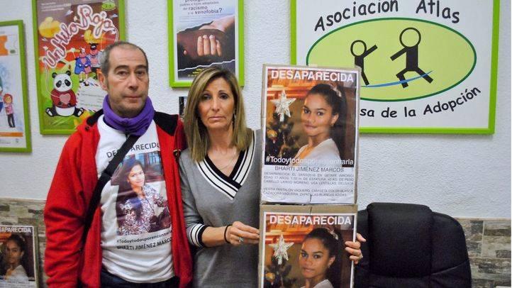 Miguel y María Ángeles posan con los carteles de la desaparición de su hija Bharti en Getafe.