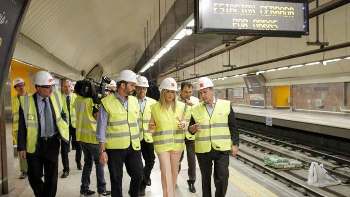 Cristina Cifuentes y Pedro Rollán visitan las obras en la estación de Carpetana de la linea 6. (archivo)