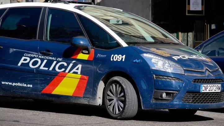 Detienen a un hombre en Hortaleza por clavar chinchetas a la hija de su pareja