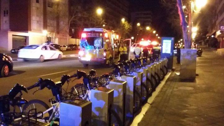 Traslado del ciclista atropellado en Alberto Alcocer en la madrugada del domingo.