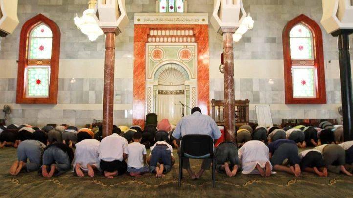 Musulmanes rezando dentro de la mezquita de la M30 en el Ramadán (archivo)