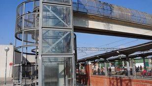 Pasarela en la estación de Cercanías y metro Puerta de Arganda de Vicálvaro