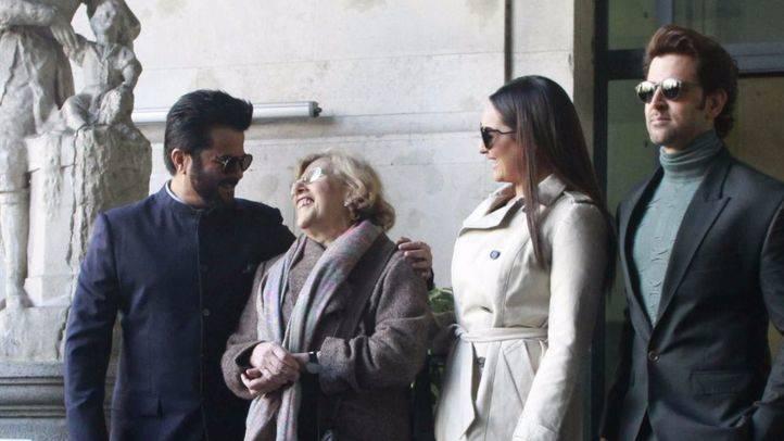 La alcaldesa de Madrid, Manuela Carmena, recibe a tres estrellas hindúes en la presentación del evento.