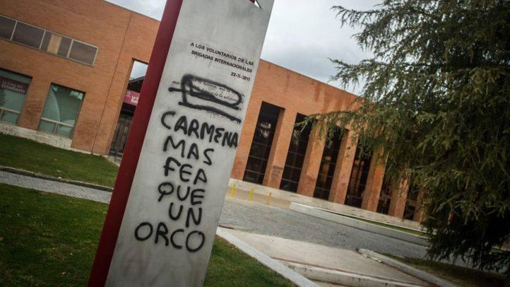 Nuevas pintadas contra Carmena en el monumento a las Brigadas Internacionales de la UCM