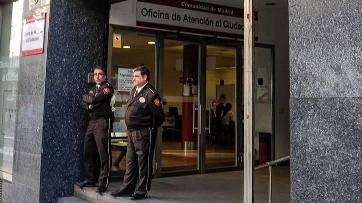 Guardias de seguridad en una sede de la Comunidad de Madrid