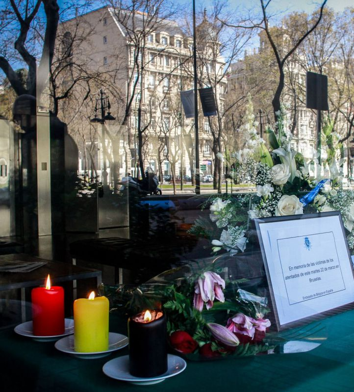 Altar con condolencias y mensajes de apoyo por los atentados de Bruselas en la embajada de Bélgica en Madrid.