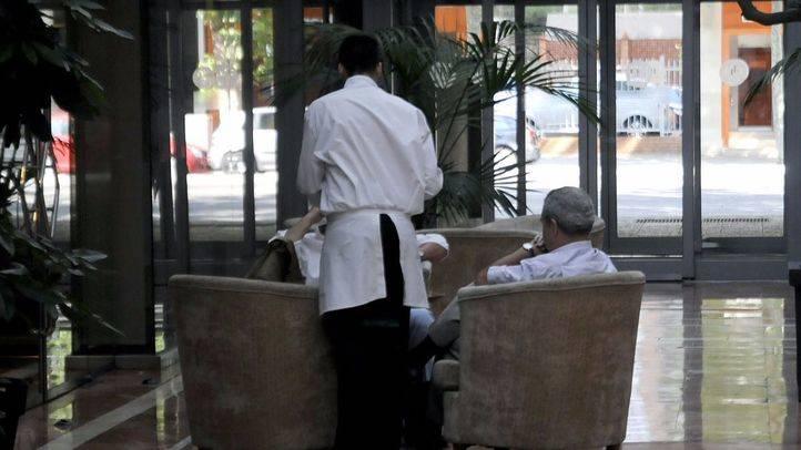 Un camarero en prácticas de FP dual atiende clientes en el Hotel NH Eurobuilding