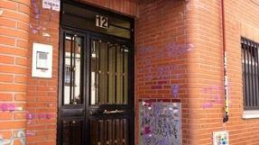 El portal del nº12 de la calle Pedro Martínez (Archivo)