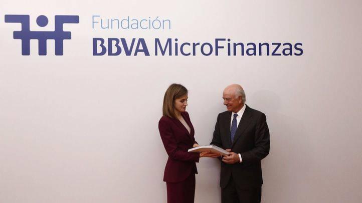 La Reina Letizia visita la Fundación Microfinanzas BBVA para conocer su actividad