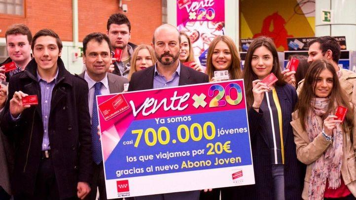 Pedro Rollán con usuarios del nuevo abono de Transportes joven