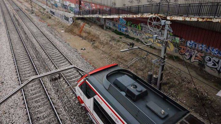 Vias del tren de cercanias de la linea C-3 a su paso por el poligono industrial de Los Ángeles en Getafe