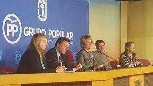 Aguirre, tras la reunión con su grupo.