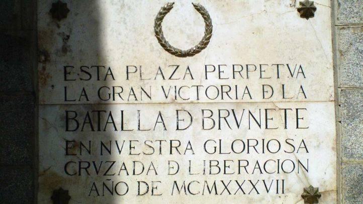 Placa conmemorativa de la batalla de Brunete de la Guerra Civil española situada en la plaza Mayor.