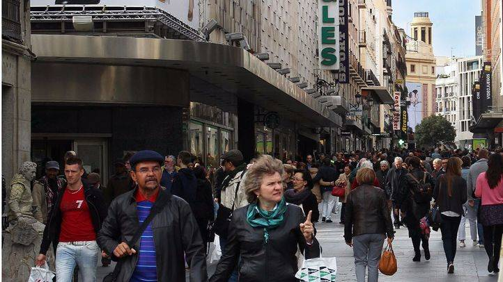 Gente paseando en Madrid. (Archivo)