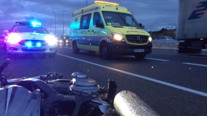 Muere un motorista al chocar con un camión en la salida de la A-2 a Alcalá de Henares