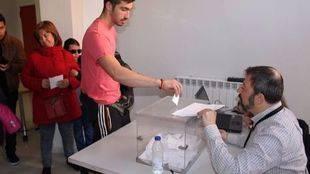 Un vecino de Coslada participa en la votación taurina.