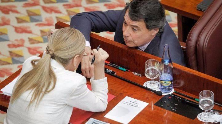 Cristina Cifuentes e Ignacio González hablan en sus escaños en el segundo día del debate de investidura. (Archivo)