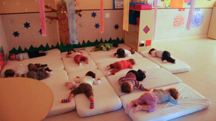 Niños durmiendo la siesta en una escuela infantil (archivo)