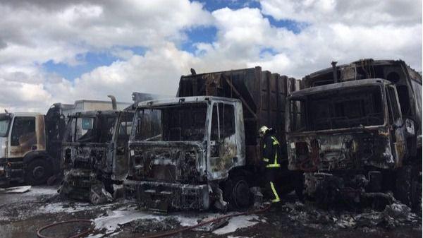 Arden 4 camiones de basura por un incendio en Villanueva de la Cañada