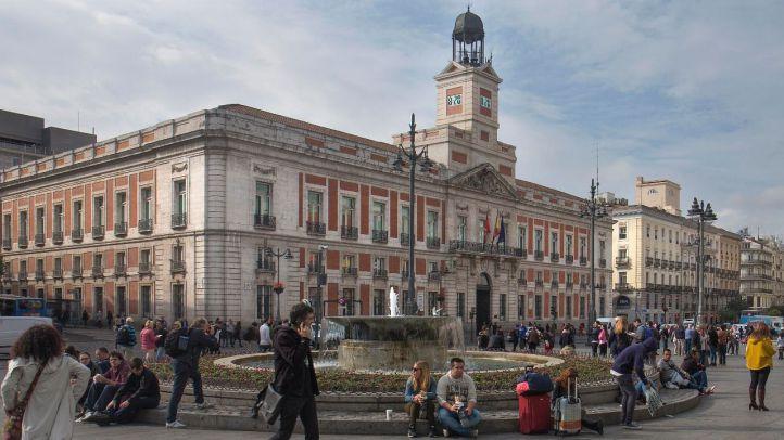 Eliminan los pinchos que rodean la fuente de la Puerta del Sol para que la gente pueda sentarse