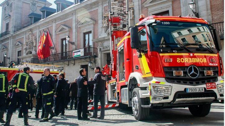 LA presentación se ha producido en la plaza de la Villa a la que han asistido numerosos bomberos de la capital además de varios concejales del Ayuntamiento.