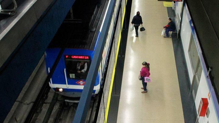 Un tren llega a la estación de Sierra de Guadalupe en la linea 1 del Metro de Madrid.