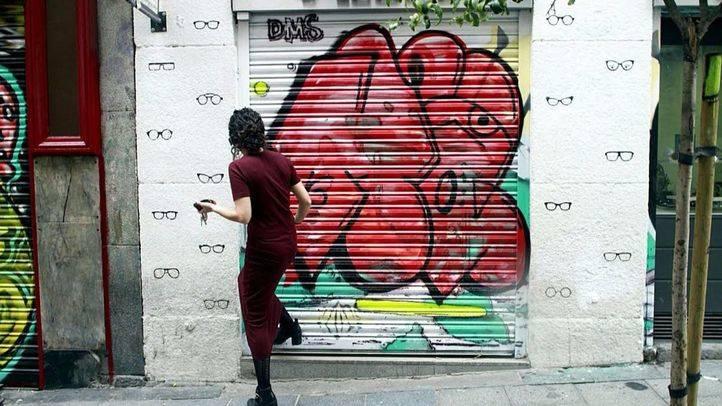 El cierre de un comercio de Malasaña afectado por las pintadas de otros grafiteros