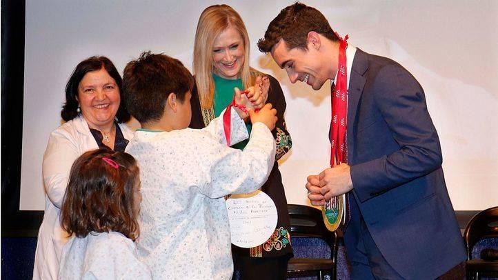 El campeón de patinaje Javier Fernández dice a los chicos del Niño Jesús que si se lucha