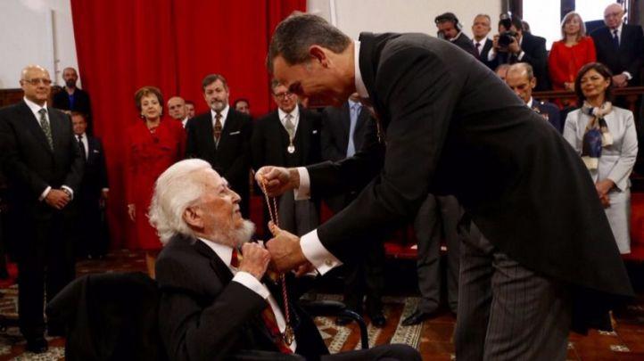 Felipe VI condecora a Fernando del Paso en Alcalá de Henares