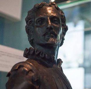Escultura de Miguel de Cervantes Saavedra durante su servicio en la Armada.