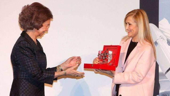 Cifuentes entrega a la Reina Doña Sofía el Premio Excelente de España por su labor humanitaria