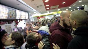 'Besada' gay contra la homofobia en Burger King. (Archivo)
