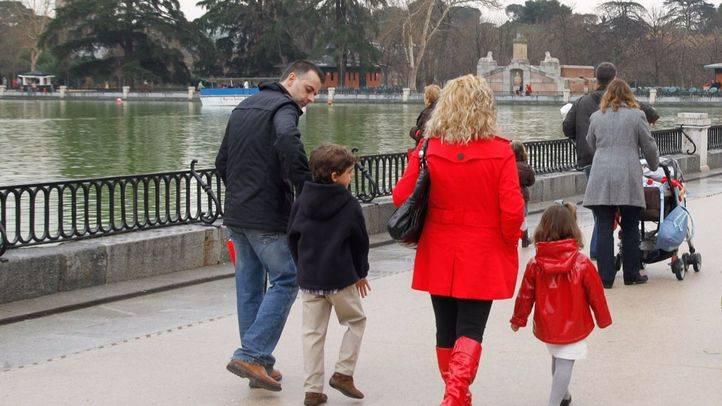 Familia paseando por el parque de El Retiro. (Archivo)