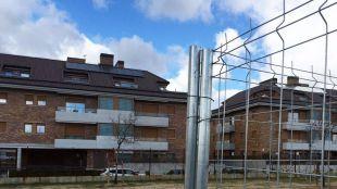 El solar donde se prevé construir una gasolinera está a 23 metros de una urbanización.