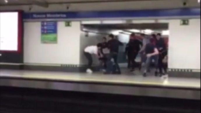 Un joven lanza a otro a las vías de Metro durante una pelea