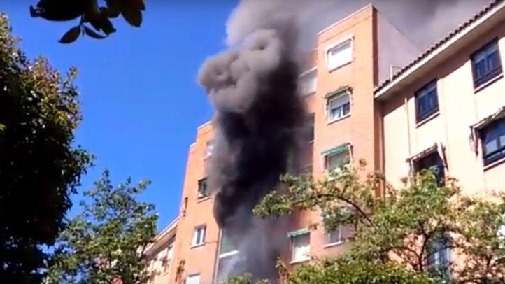 Un fuego en un bloque de pisos de Móstoles deja diez intoxicados