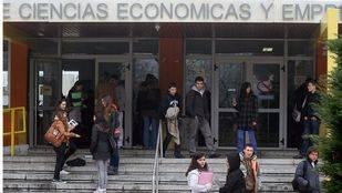 estudiantes universitarios alas puertas de la Facultad de Economicas y Empresariales de la Complutense. (Archivo)