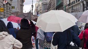 Lluvia y paraguas en Madrid. (Archivo)
