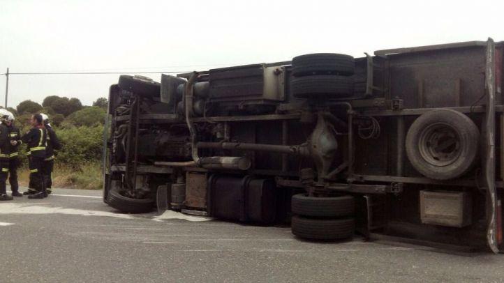 Un camión vuelca y derrama carburante en San Martín de Valdeiglesias sin producir heridos