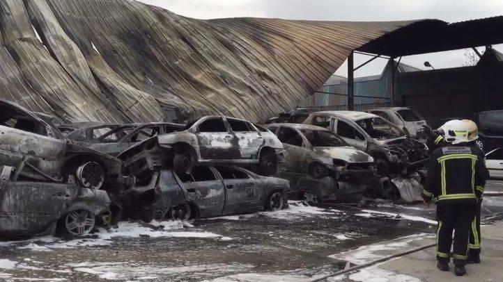 Arden 80 coches en el incendio de un desguace en San Martín de la Vega
