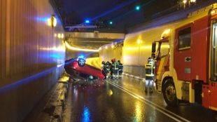 Buscan al conductor de un coche abandonado tras caer cuatro metros