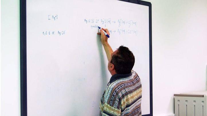Profesor impartiendo una clase en un colegio público. (Archivo)